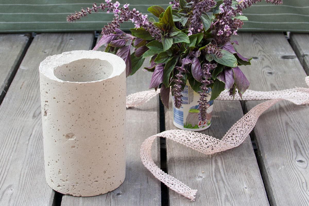 eine blumenvase aus beton selber machen so gelingt dein diy projekt. Black Bedroom Furniture Sets. Home Design Ideas