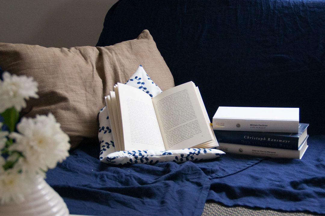 diy ein lesekissen selber n hen und lese gem tlichkeitsfaktor erh hen. Black Bedroom Furniture Sets. Home Design Ideas