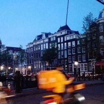 Radfahrer in Amsterdam bei Abenddämmerung