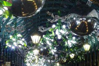 Covent Garden/London zu Weihnachten: Laternen, Kugeln, Mistelzweige als Dekoration