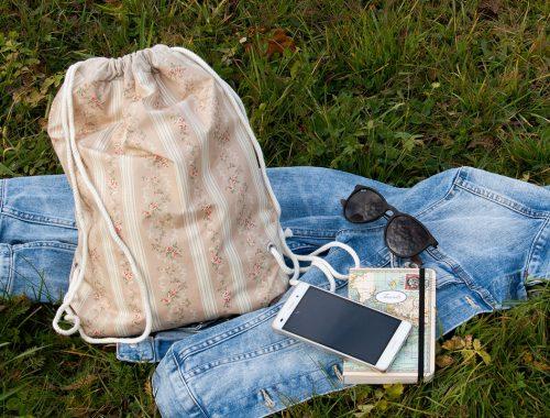 Selbstgenähter Turnbeutel, Jeansjacke, Sonnenbrille, Handy, Notizbuch: Alles, was du immer bei dir brauchst.